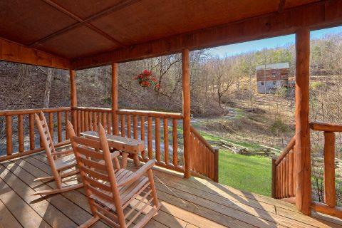 Private 2 Bedroom Cabin Sleeps 6 - Bear's Lair