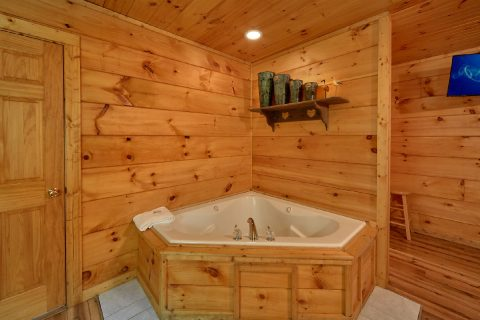 Jacuzzi in Master Bedroom - Bear's Lair