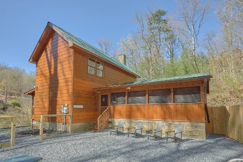 Private 2 Bedroom Cabin with Outdoor Seating - Bear's Lair