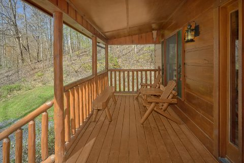 Smoky Mountain 2 Bedroom Cabin with Wooded View - Bear's Lair
