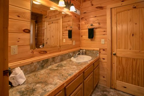 Gatlinburg Cabin with 2 Private Bathrooms - Beary Dashing