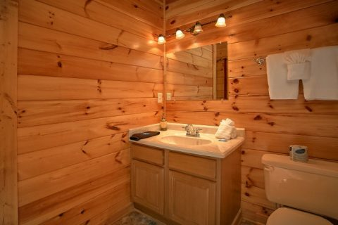 Cabin with Private Bathrooms and King Bedroom - Beary Dashing