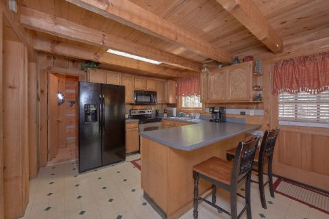 Large Open Kitchen 4 Bedroom Cabin Sleeps 12 - Black Bear
