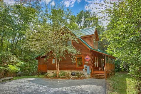 Private 2 Bedroom Cabin with Resort Pool - Blackberry Inn