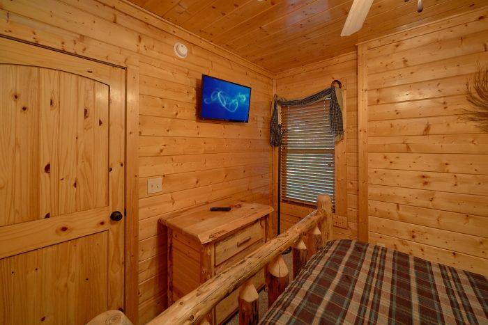 Queen Bedroom with Flatscreen TV - Blue Sky