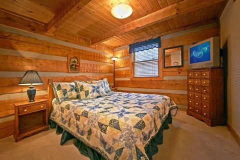 Cabin with Queen bedroom with TV - Bluff Haven