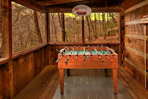 Cabin with outdoor Foosball table - Bluff Haven