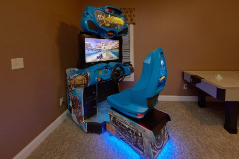Luxury 6 bedroom Cabin with race car arcade game - Bluff Mountain Lodge