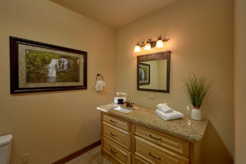 Private bathroom in 6 bedroom cabin - Bluff Mountain Lodge