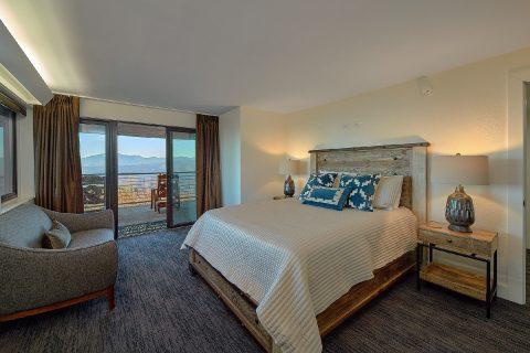 Private queen bedroom in luxury cabin rental - Bluff Mountain Lodge