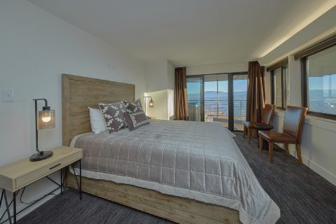 Queen bedroom with balcony and Mountain Views - Bluff Mountain Lodge