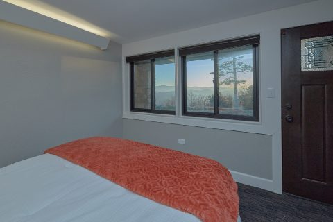 Cabin rental queen bedroom with Mountain Views - Bluff Mountain Lodge