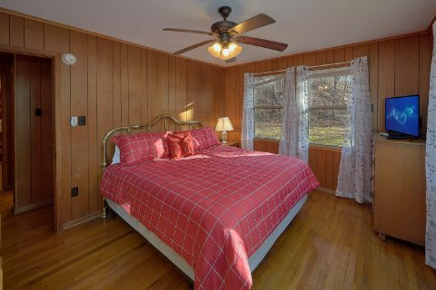 King Bedroom with Cable TV and WiFi - Byrd House