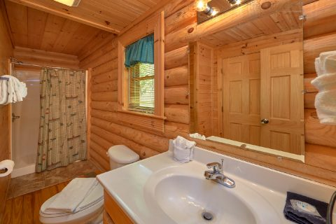 Cabin with Private Master Bathroom and Jacuzzi - Candle Light Cabin