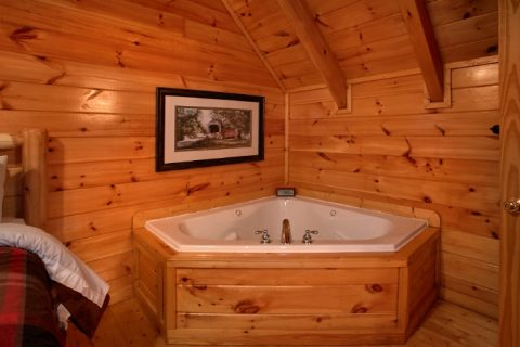 Mastr Suite with Jacuzzi Tub Main Floor - Catch of the Day