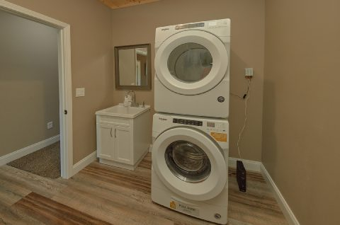 Main Floor Full Size Washer and Dryer - Chalet Vista