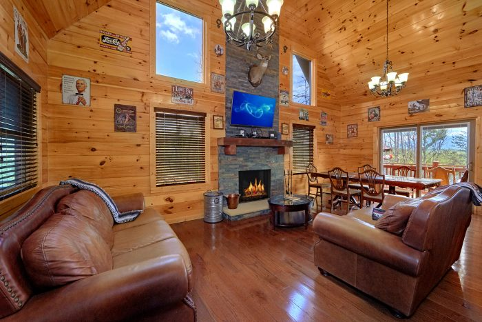Gatlinburg Cabin with wood burning Fireplace - Charming Charlie's Cabin