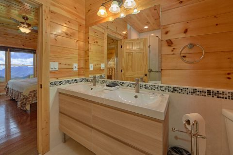 Cabin with Private King Bedroom and Bathroom - Charming Charlie's Cabin