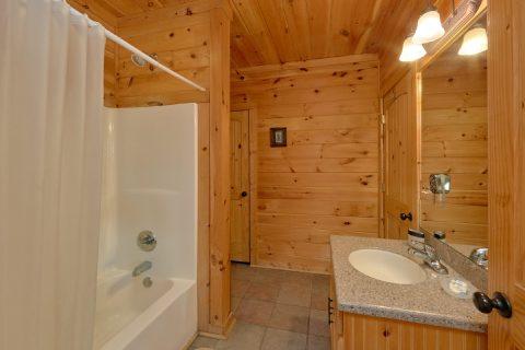 3 Full Bath Rooms 3 Bedroom Cabin Sleeps 11 - Cherokee Hilltop