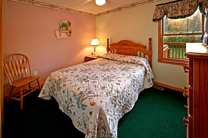 Queen Sized Bedroom - Cinnamon Cottage