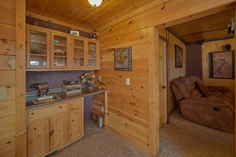 Luxury 2 Bedroom Cabin Game Room and Kitchenette - Creature Comforts