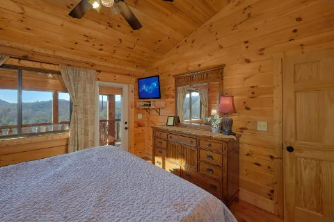 King Bedroom with Flatscreen TV and WiFi - Creature Comforts