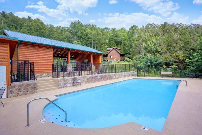 Luxury Cabin with Resort Pool access - Creekside Hideaway