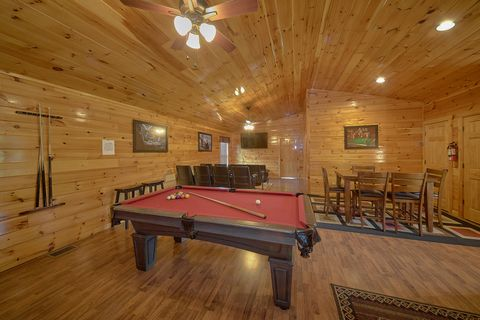 Luxurious 6 Bedroom Cabin with Pool Table - Crosswinds