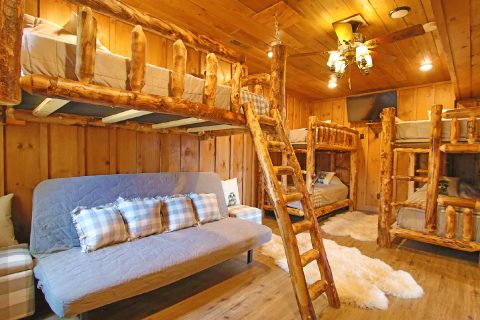 4 Bedroom with Kids Bunk Bedroom Sleeps 10 - Crown Chalet