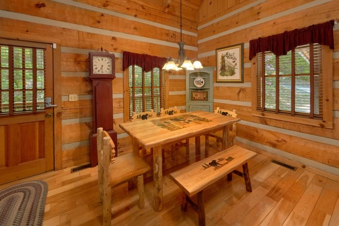 Wears Valley cabin with dining room for 4 - Cuddle Creek Cabin