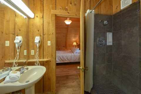 Rustic Cabin with 2 Queen beds and 2 bathrooms - Cuddle Creek Cabin
