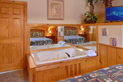 2 Bedroom Cabin with King Bed and Jacuzzi - Dainty's Digs