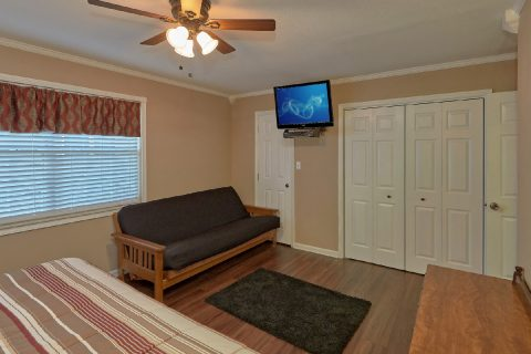 King Bedroom with Flatscreen TV - Dew Drop Inn at Creekwalk