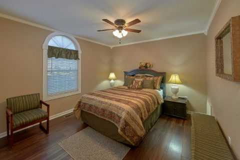 Cabin Near Pigeon Forge with Queen Bedroom - Dew Drop Inn at Creekwalk
