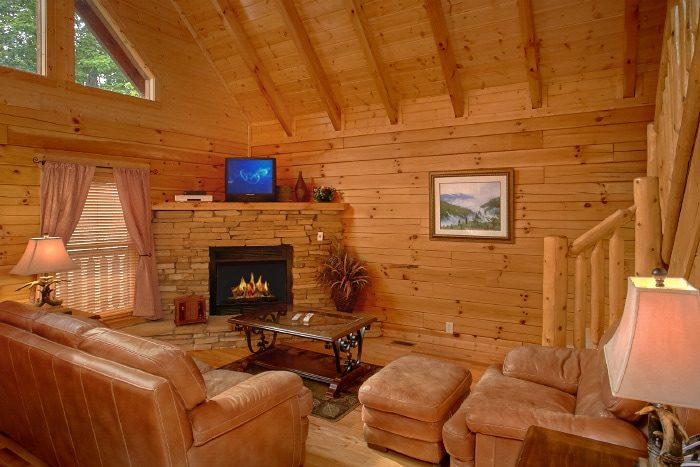 Luxury Cabin with Fireplace and 3 Bedrooms - Dew Drop Inn