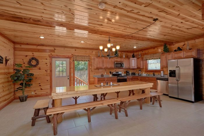 5 Bedroom Cabin with a Large Dining Room Table - Dive Inn