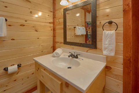 5 Bedroom Cabin with a Vanity in the Bathroom - Dive Inn