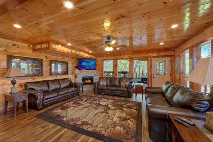 Spacious Living area with Fireplace and View - Dream Maker Lodge