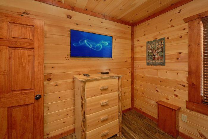 Queen bunk bedroom with TV and bathroom - Dream Maker Lodge
