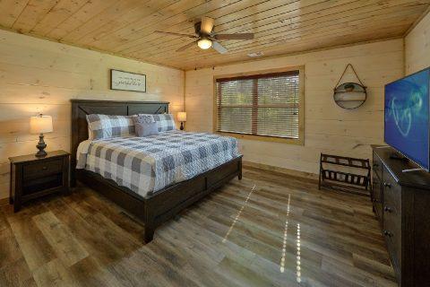 Main Floor Bedroom 4 Bedroom Cabin Sleeps 14 - Dream Mountain Cove