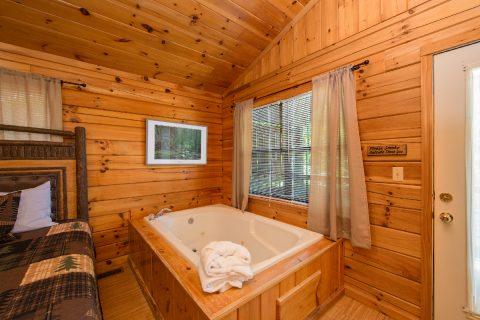 1 bedroom cabin with Jacuzzi in bedroom - Dreams Come True