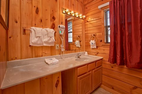 cabin with wooded view and pet friendly - Dreams Come True