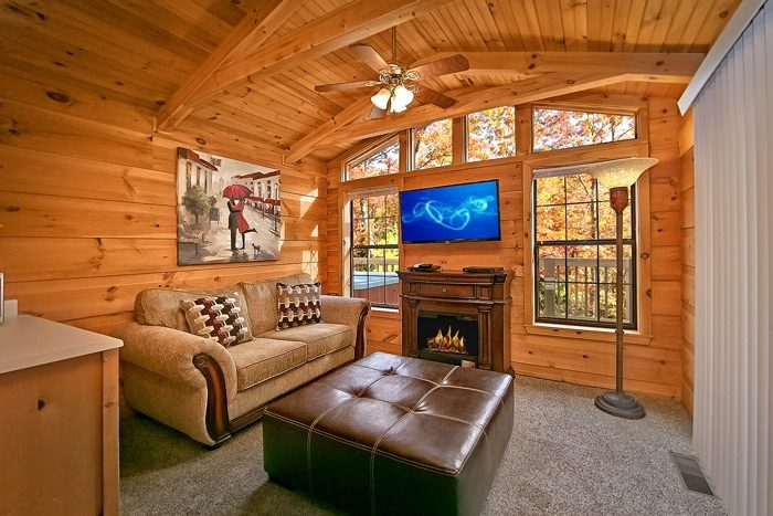 Cabin with fireplace and flat screen tv - Enchanted Moment