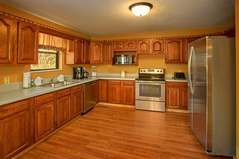 Cabin with Family Size Kitchen - Family Gathering
