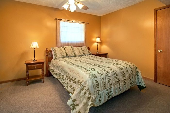 Cabin with 1 King Bed and 5 Queen bedrooms - Family Gathering