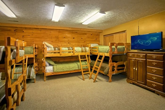 Large bedroom with 16 twin beds - Family Gathering