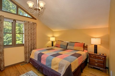 Cabin with King Bedroom, Private Jacuzzi & Bath - Family Getaway