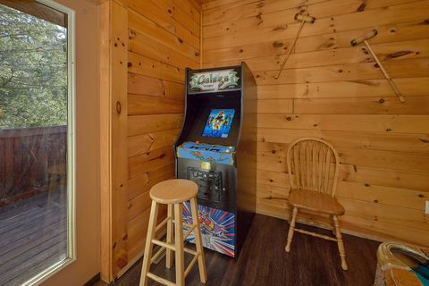 4 bedroom cabin with arcade game and pool table - Fishin Hole