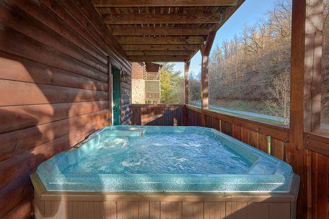 Smoky Mountain 4 Bedroom Cabin with hot tub - Fishin Hole