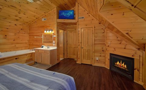 Luxurious Spacious Bathroom in a 4 Bedroom Cabin - Fishin Hole
